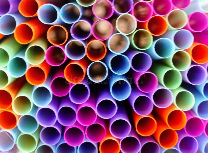 Συσσωρευμένοι αναδρομικοί χρωματισμένοι σωλήνες αχύρου στοκ εικόνα