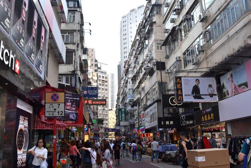 Συσσωρευμένοι πεζοδρόμιο, καταστήματα και άνθρωποι στον κόλπο υπερυψωμένων μονοπατιών στοκ εικόνες με δικαίωμα ελεύθερης χρήσης