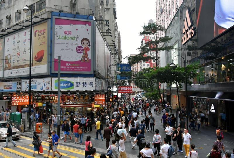 Συσσωρευμένοι πεζοδρόμιο, καταστήματα και άνθρωποι στο σταθμό τρένου κόλπων υπερυψωμένων μονοπατιών στοκ φωτογραφία