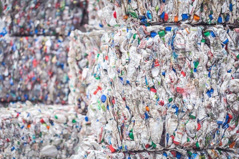Συσσωρευμένοι σωροί των πλαστικών μπουκαλιών για την ανακύκλωση στοκ εικόνες