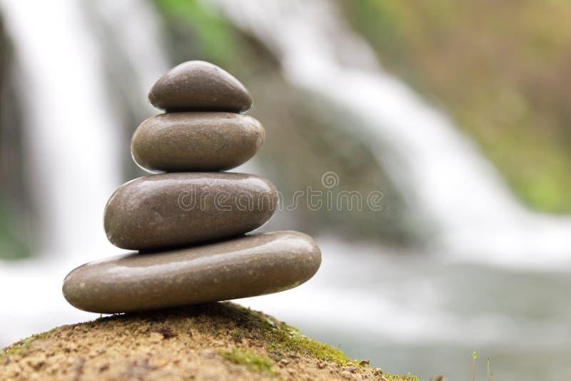 Συσσωρευμένοι zen πέτρες και καταρράκτης στοκ φωτογραφία με δικαίωμα ελεύθερης χρήσης