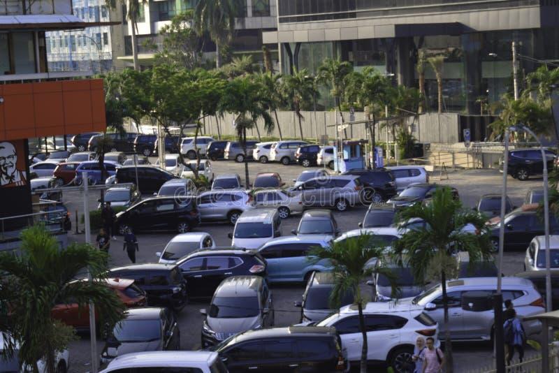 Συσσωρευμένος αυτοκίνητα χώρος στάθμευσης στο κέντρο της πόλης και ακατάστατος στοκ φωτογραφία με δικαίωμα ελεύθερης χρήσης
