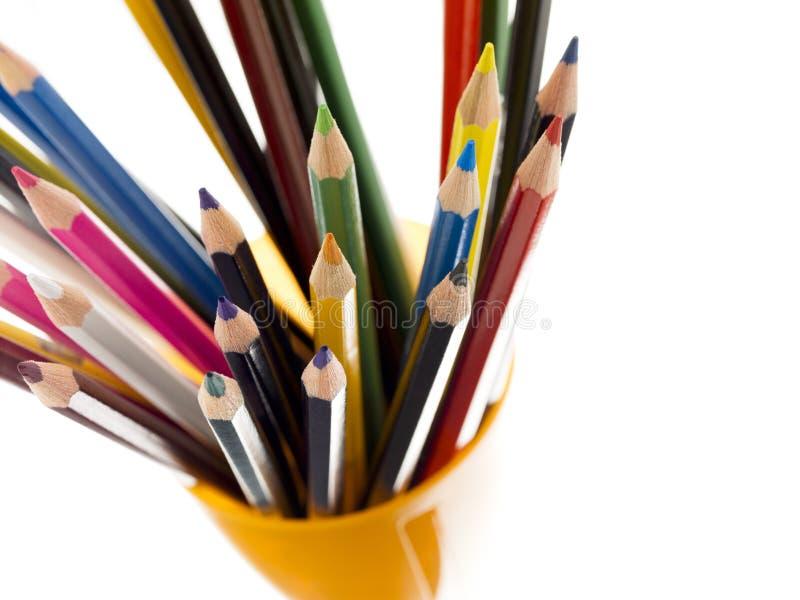 Συσσωρευμένος του ζωηρόχρωμου μολυβιού στον κίτρινο κάτοχο στοκ φωτογραφία με δικαίωμα ελεύθερης χρήσης