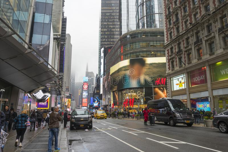 Συσσωρευμένος του περπατήματος τουριστών στη Times Square με τα σημάδια των οδηγήσεων στοκ εικόνα με δικαίωμα ελεύθερης χρήσης