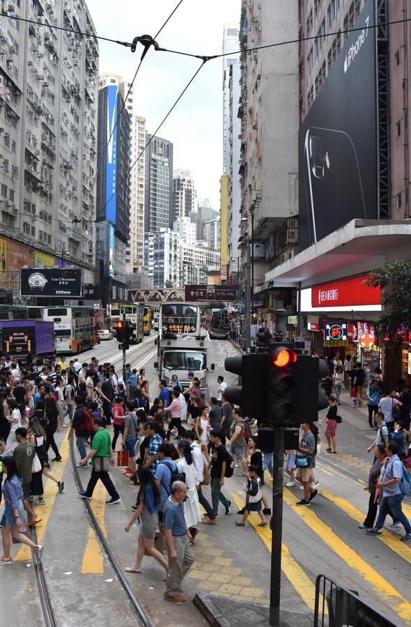 Συσσωρευμένο πεζοδρόμιο, για τους πεζούς πέρασμα, καταστήματα και άνθρωποι στον κόλπο υπερυψωμένων μονοπατιών στοκ φωτογραφία με δικαίωμα ελεύθερης χρήσης