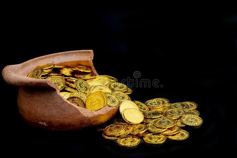 Συσσώρευση του χρυσού νομίσματος στο σπασμένο βάζο στο μαύρο υπόβαθρο, Σωρός χρημάτων για την επένδυση επιχειρησιακού προγραμματι στοκ εικόνες