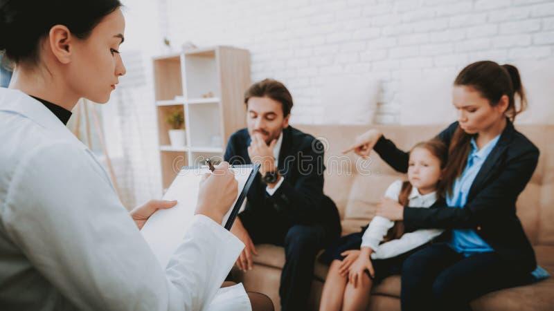 Συστάσεις γραψίματος οικογένειας και ψυχολόγων στοκ εικόνες