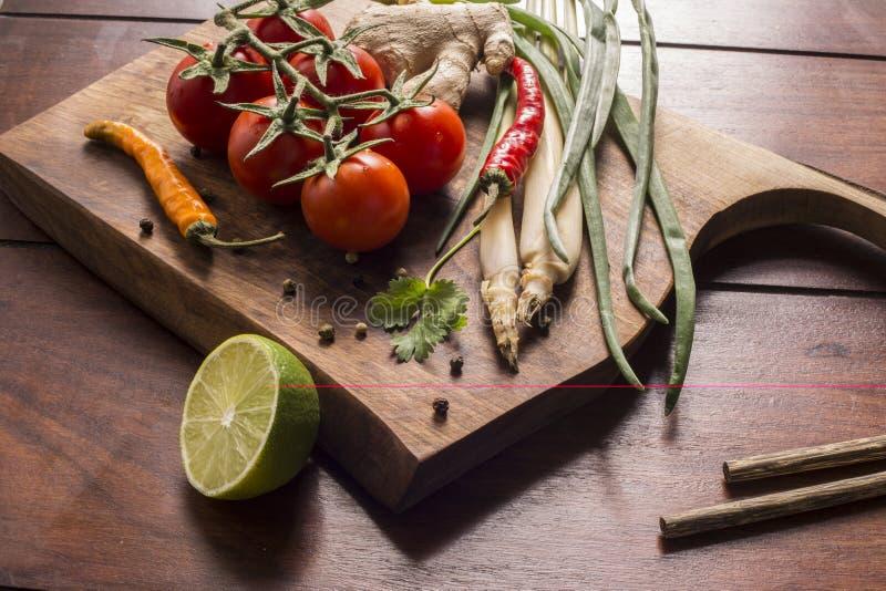 Συστατικά για τα ταϊλανδικά τρόφιμα, lemongrass, πιπερόριζα, σκόρδο, κοκτέιλ στοκ εικόνα
