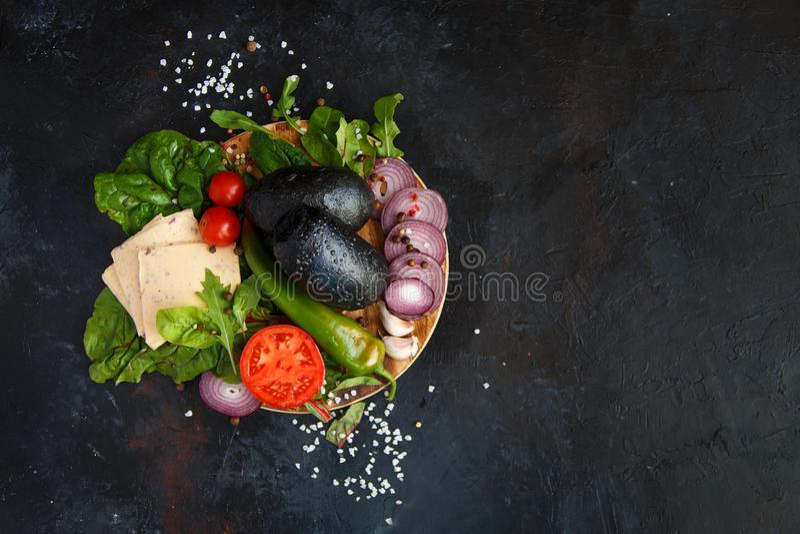 Συστατικά για τα χορτοφάγα φρέσκα πράσινα τυριών χάμπουργκερ ή σαλάτας, Arugula, Chard, πιπέρι, τσίλι, ντομάτες, κεράσι, αγγούρι, στοκ εικόνες