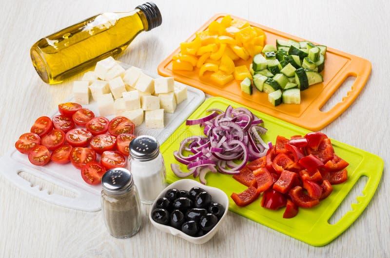 Συστατικά για την ελληνική σαλάτα, μαύρες ελιές, μπουκάλι του φυτικού ο στοκ εικόνες με δικαίωμα ελεύθερης χρήσης