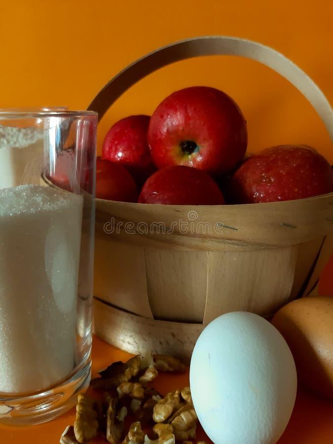 Συστατικά για την πίτα, το αλεύρι, τη ζάχαρη, τα καρύδια και τα μήλα μήλων στοκ εικόνες με δικαίωμα ελεύθερης χρήσης