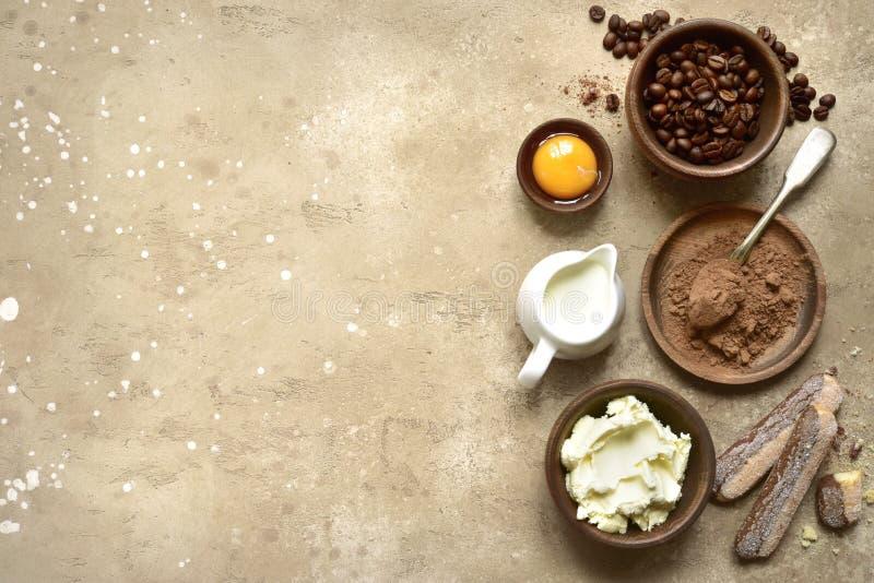 Συστατικά για την παραγωγή του παραδοσιακού ιταλικού tiramisu κέικ κορυφή vie στοκ εικόνα