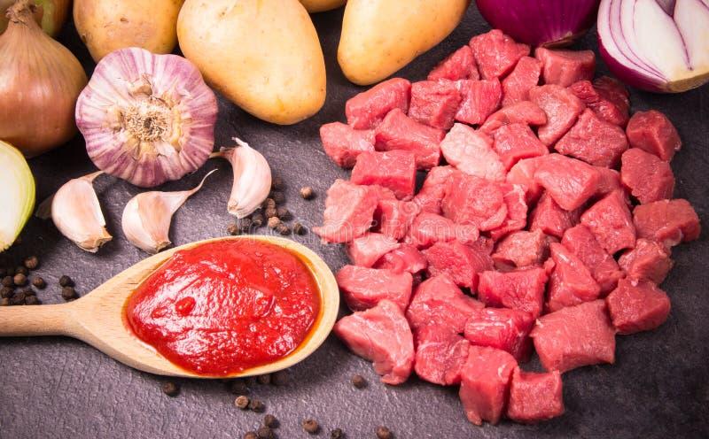 Συστατικά για την προετοιμασία παραδοσιακό ουγγρικό goulash στοκ εικόνα