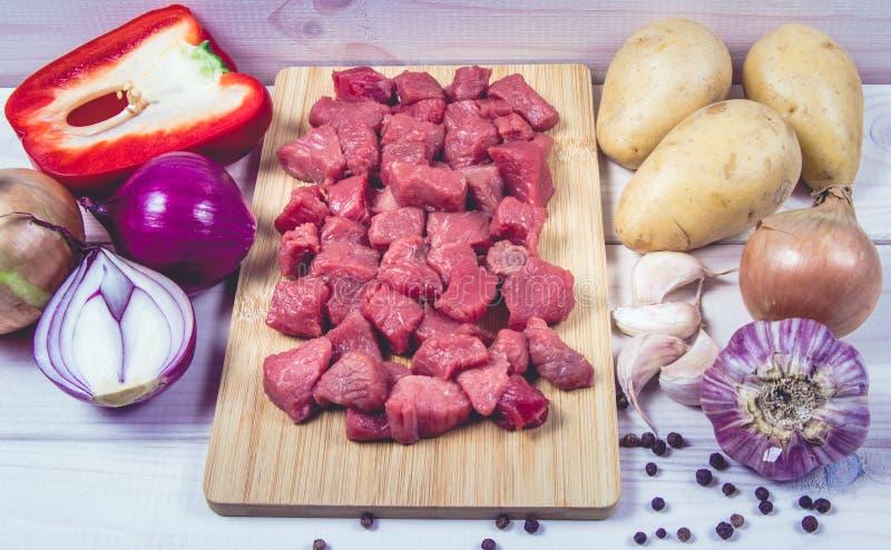 Συστατικά για την προετοιμασία παραδοσιακό ουγγρικό goulash στοκ φωτογραφία