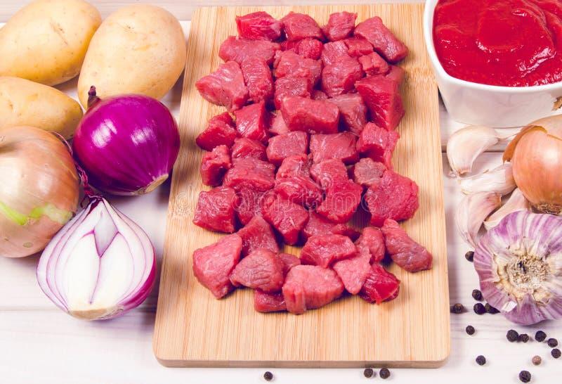 Συστατικά για την προετοιμασία παραδοσιακό ουγγρικό goulash στοκ εικόνες με δικαίωμα ελεύθερης χρήσης