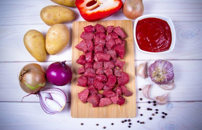 Συστατικά για την προετοιμασία παραδοσιακό ουγγρικό goulash στοκ φωτογραφία με δικαίωμα ελεύθερης χρήσης