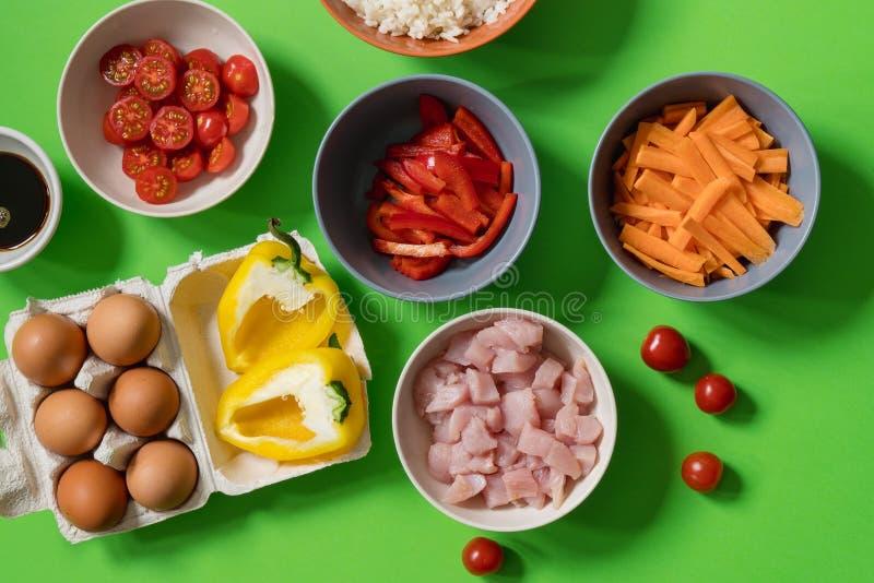 Συστατικά για την προετοιμασία του παραδοσιακού τηγανισμένου ρυζιού σε Ταϊλανδό: άσπρο ρύζι, ντομάτες κερασιών, πιπέρι, σάλτσα σό στοκ εικόνα με δικαίωμα ελεύθερης χρήσης