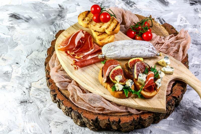 Συστατικά για την υγιή έννοια κατανάλωσης Σάντουιτς με τα σύκα και το prosciutto Γαστρονομικό πρόχειρο φαγητό bruschetta Antipast στοκ εικόνα με δικαίωμα ελεύθερης χρήσης