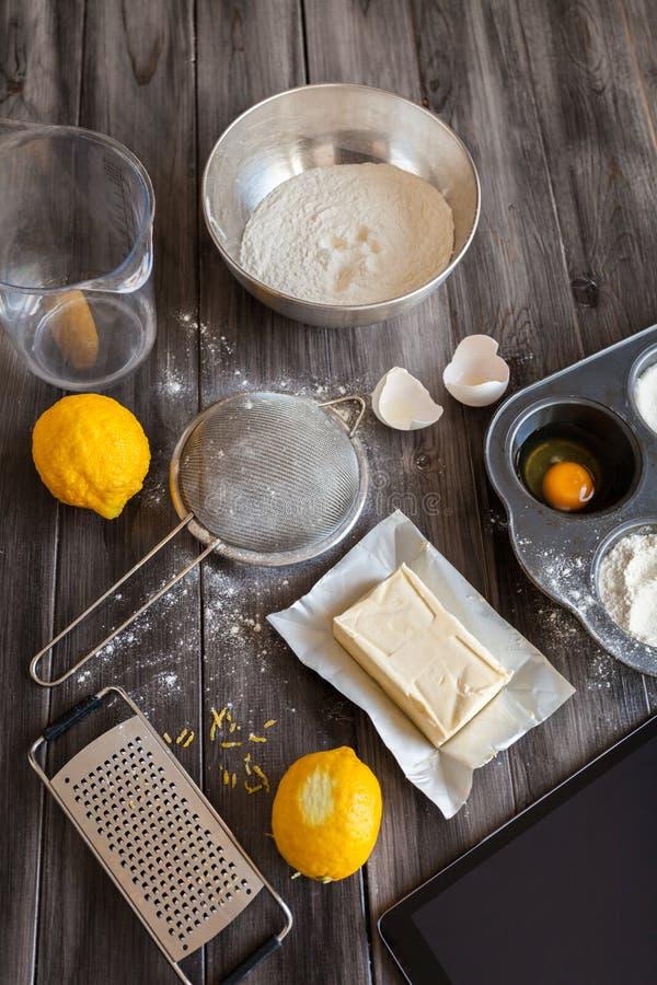 Συστατικά για τη ζύμη και το ψήσιμο Η διαδικασία τα κέικ για ένα κέικ Napoleon στοκ εικόνα