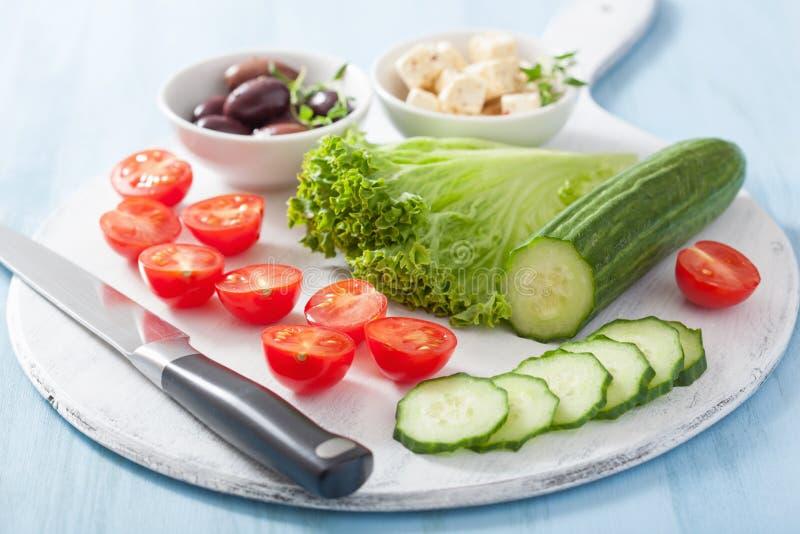 Συστατικά για τη σαλάτα με τις ελιές και φέτα αγγουριών ντοματών che στοκ εικόνες