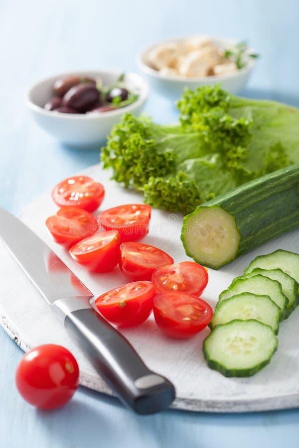 Συστατικά για τη σαλάτα με τις ελιές και φέτα αγγουριών ντοματών che στοκ φωτογραφίες