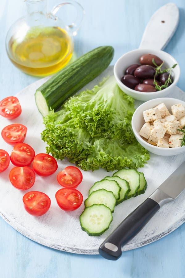 Συστατικά για τη σαλάτα με τις ελιές και φέτα αγγουριών ντοματών che στοκ φωτογραφία με δικαίωμα ελεύθερης χρήσης