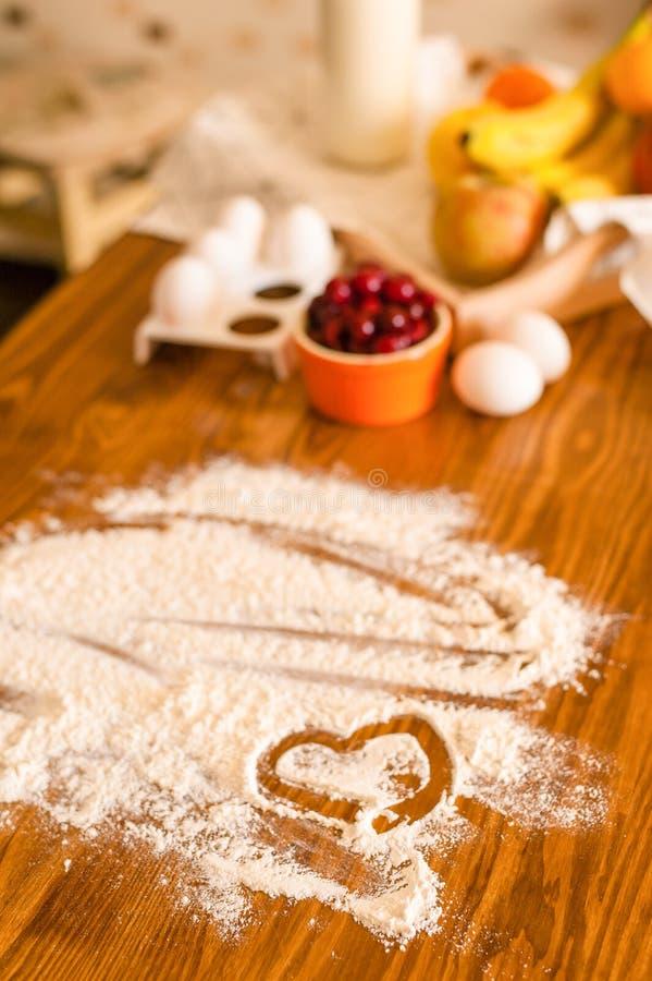 Συστατικά για το επιδόρπιο στον ξύλινο πίνακα κουζινών, μαγείρεμα, συνταγή στοκ εικόνες με δικαίωμα ελεύθερης χρήσης