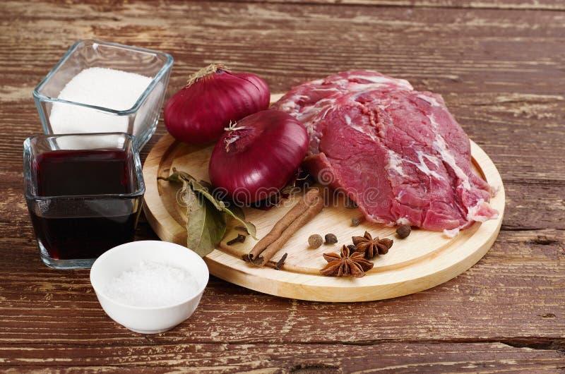 Συστατικά για το μαγείρεμα του βόειου κρέατος στοκ εικόνα