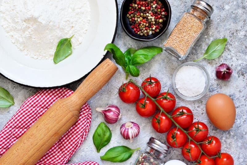 Συστατικά για το μαγείρεμα των ιταλικών ζυμαρικών: αλεύρι, αυγό, πετρέλαιο στοκ φωτογραφίες με δικαίωμα ελεύθερης χρήσης
