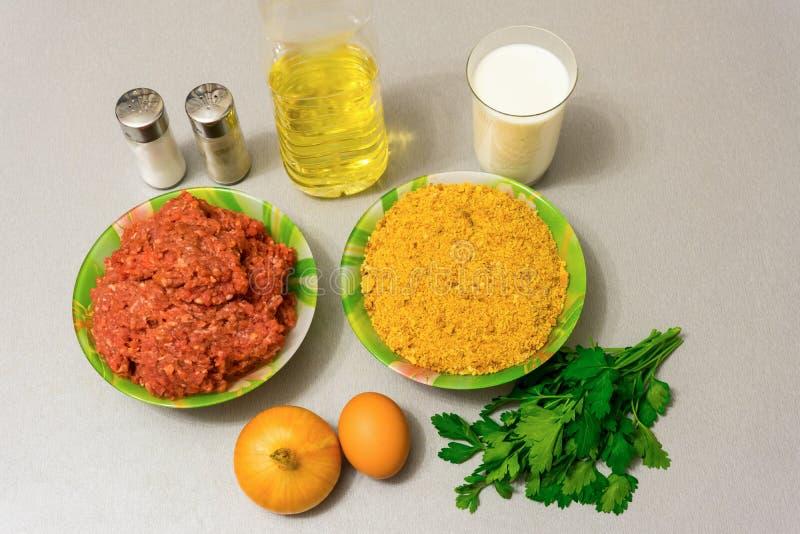 Συστατικά για το μαγείρεμα των κεφτών: κιμάς, τριμμένες φρυγανιές, mil στοκ εικόνες