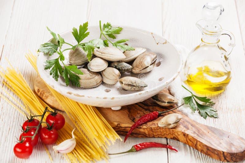 Συστατικά για το μαγείρεμα των μακαρονιών vongole στοκ εικόνες με δικαίωμα ελεύθερης χρήσης