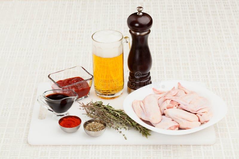 Συστατικά για το μαγείρεμα των φτερών κοτόπουλου στοκ εικόνες