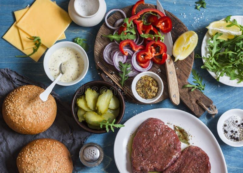 Συστατικά για το μαγείρεμα burger μπριζόλας στο ξύλινο υπόβαθρο, τοπ άποψη στοκ φωτογραφίες
