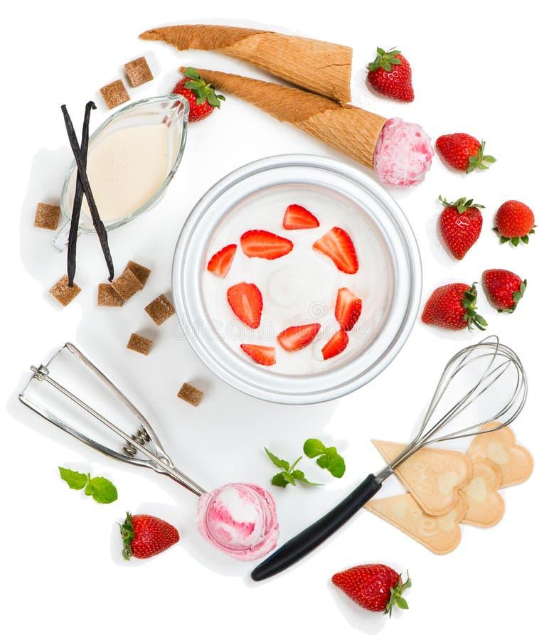 Συστατικά για το παγωτό φραουλών, τοπ άποψη στοκ εικόνα με δικαίωμα ελεύθερης χρήσης
