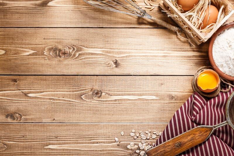 Συστατικά για το ψήσιμο στο κενό ελαφρύ ξύλινο υπόβαθρο με το pla στοκ εικόνες με δικαίωμα ελεύθερης χρήσης