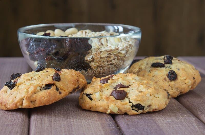 Συστατικά για το ψήσιμο των υγιών μπισκότων και των έτοιμων μπισκότων στοκ φωτογραφία με δικαίωμα ελεύθερης χρήσης