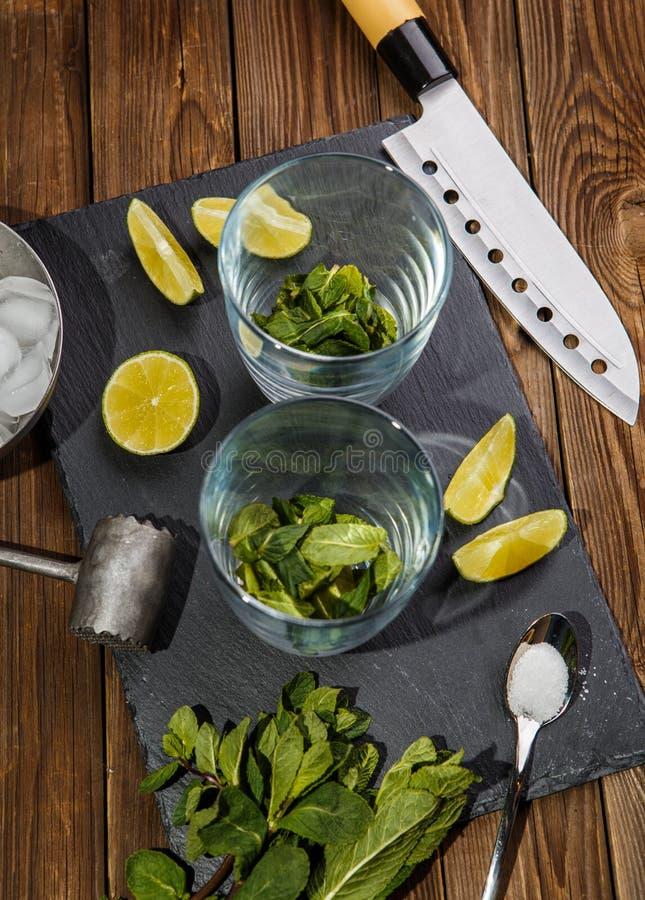 Συστατικά για το mojito στον πίνακα στοκ φωτογραφία