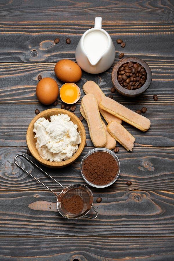 Συστατικά για το tiramisu μαγειρέματος - μπισκότα, mascarpone, τυρί, ζάχαρη, κακάο, καφές και αυγό μπισκότων Savoiardi στοκ φωτογραφία