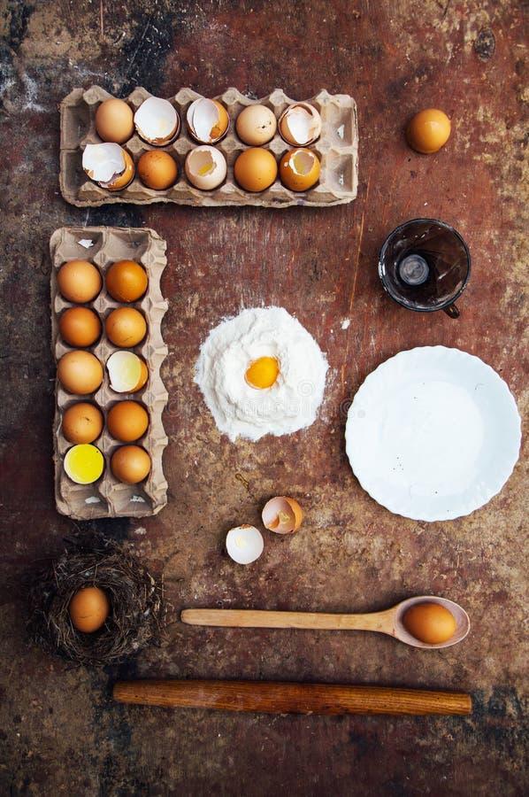 Συστατικά κέικ ψησίματος - κύπελλο, αλεύρι, αυγά, αφρός λευκών αυγών, π.χ. στοκ φωτογραφία