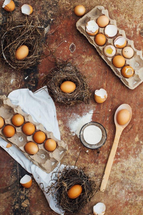 Συστατικά κέικ ψησίματος - κύπελλο, αλεύρι, αυγά, αφρός λευκών αυγών, π.χ. στοκ εικόνα