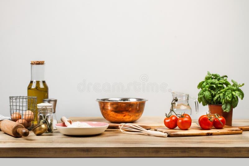 Συστατικά και εργαλεία κουζινών για να κάνει τα ζυμαρικά στοκ εικόνες