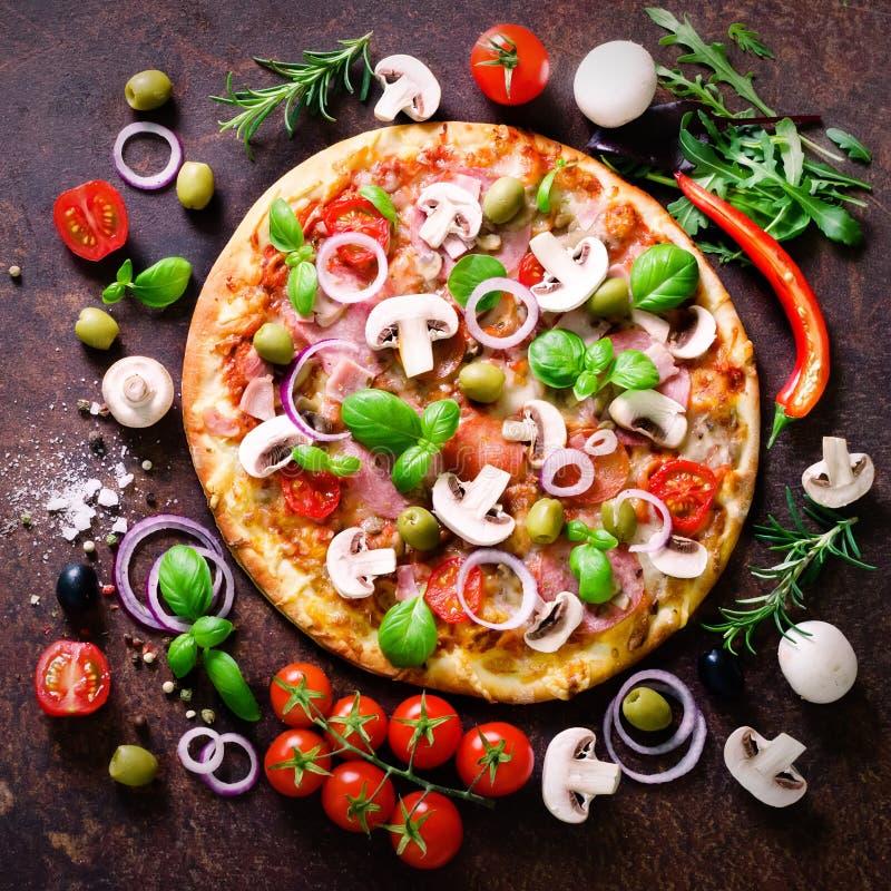 Συστατικά και καρυκεύματα τροφίμων για το μαγείρεμα των μανιταριών, ντομάτες, τυρί, κρεμμύδι, πετρέλαιο, πιπέρι, αλάτι, βασιλικός στοκ εικόνα