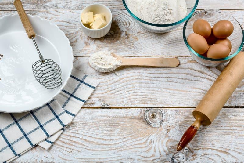 Συστατικά και μαγειρεύοντας εργαλεία για την πίτα ή την πίτσα Αλεύρι, ζάχαρη, βούτυρο, αυγά τρόφιμα μπουλεττών ανασκόπησης πολύ κ στοκ φωτογραφίες με δικαίωμα ελεύθερης χρήσης