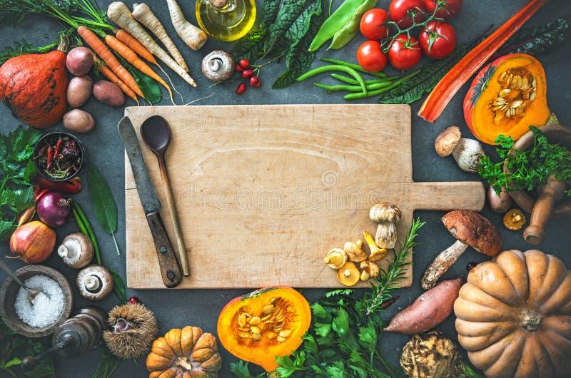 Συστατικά λαχανικών φθινοπώρου για τη νόστιμο ημέρα των ευχαριστιών ή Christma στοκ εικόνες