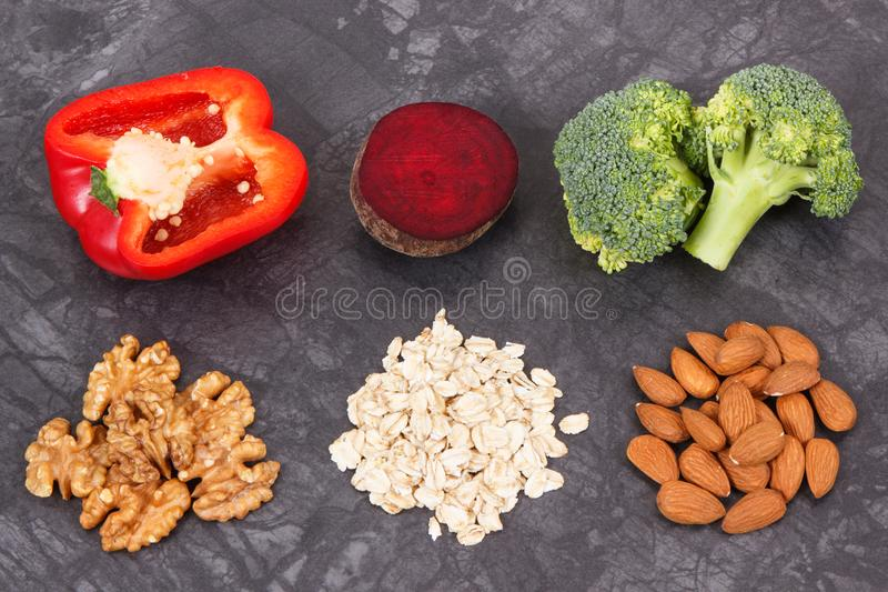 Συστατικά που περιέχουν τις βιταμίνες και μεταλλεύματα που συστήνονται για την υπέρταση και το διαβήτη στοκ φωτογραφία