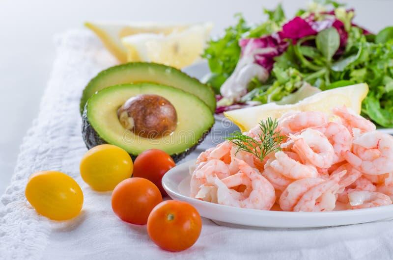 Συστατικά σαλάτας γαρίδων - που μαγειρεύονται, ξεφλουδισμένες γαρίδες, σαλάτα, ντομάτα στοκ εικόνα