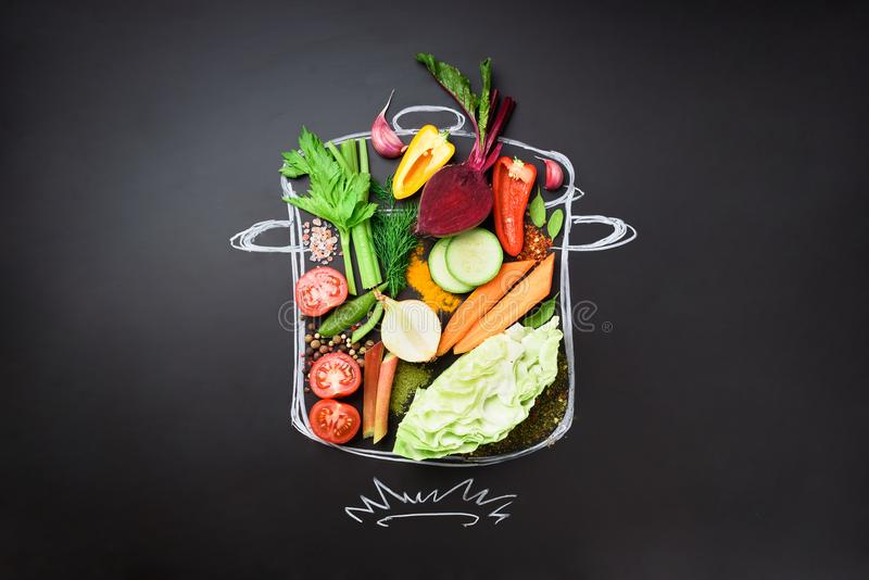Συστατικά τροφίμων για το συνδυασμό της κρεμώδους σούπας χρωματισμένο σε stewpan πέρα από το μαύρο πίνακα κιμωλίας Τοπ άποψη με τ στοκ φωτογραφία με δικαίωμα ελεύθερης χρήσης