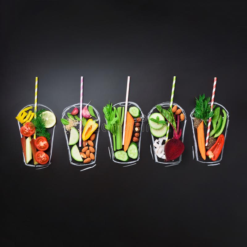 Συστατικά τροφίμων, οργανικά λαχανικά για το συνδυασμό του καταφερτζή ή του χυμού στο χρωματισμένο γυαλί πέρα από το μαύρο πίνακα στοκ φωτογραφίες