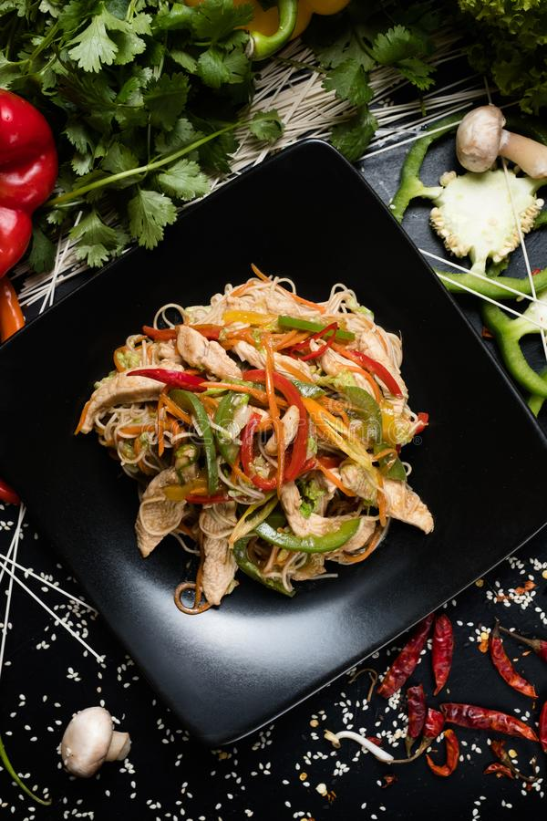 Συστατικά τροφίμων συνταγής σαλάτας που μαγειρεύουν το ασιατικό γεύμα στοκ εικόνα με δικαίωμα ελεύθερης χρήσης