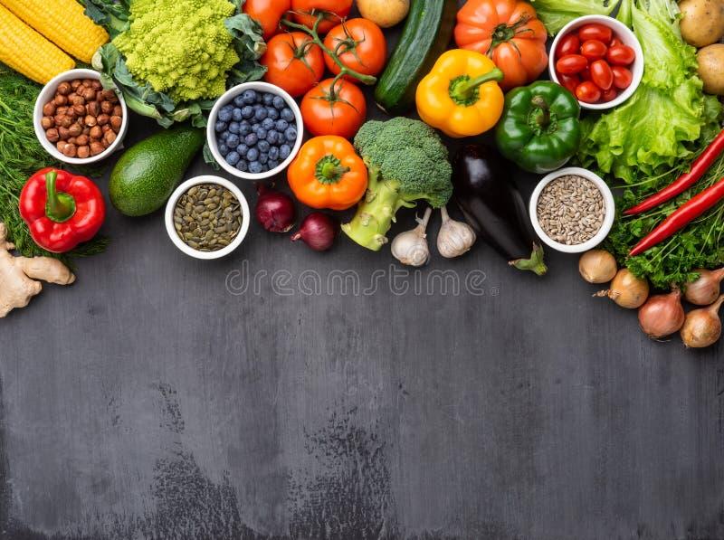 Συστατικά υγιεινής διατροφής: νωπά λαχανικά, φρούτα και υπερτροφές Διατροφή, διατροφή, έννοια χορτοφαγικών προϊόντων στοκ εικόνες